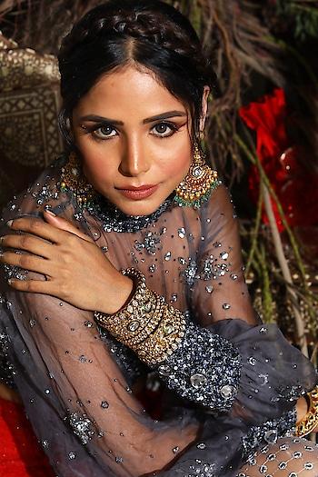 Offsetting the rich charcoal with gleaming gold #SprinklebyNityaBajaj 😍 #SprinklebyNityaBajaj in a gorgeous charcoal 😍 Grab our sparkles only at #NityaBajaj  Talent @harshi2531  HMU @gurumakeupart  Assistance @manudheerajmakeupartist @mahimagulatiofficial  Jewelry @sunarjewels  #bridal #labelnityabajaj #NityaBajaj #bride #weddinglook #wedding #NBbride #fashion #grey #gold #indianstreetfashion #weddinginspiration #weddingideas