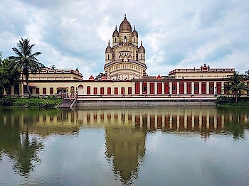Day 3   After discovering an amazing cafe for breakfast, we visited the Indian Museum and Science City to tickle the child in us. Eventually, Kolkata decided to show mercy and it rained, almost all night, making the city look breathtakingly beautiful! ♥️ . . . . #traversedlands #travel #Kolkata #wanderlust #Hooghly #travelblogger #traveldiaries #WestBengal #ScienceCity #photography #delhibloggers #travelgoals #IncredibleIndia #photooftheday #PrinsepGhat #citylife #pictureoftheday #QueenVictoria #Summer