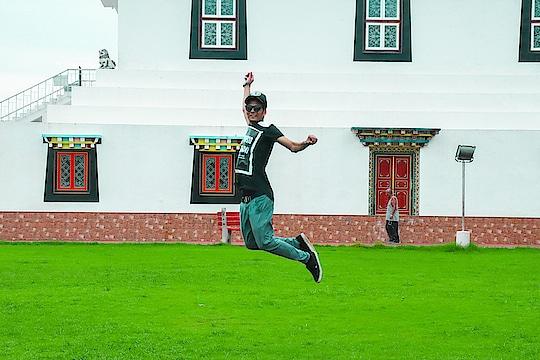 Chal chote jump kar..... 😊 😊 😀 😀 😀 😀   #dancelife  #fun  #enjoy  #travel  #pb03  #bathinda  #delhifun  #laugh  #roposo-haha  #smile  #funnymemes  #funnyfriends  #car #photo-shoto #love-photography #goprowater #jumping #buddhatemple
