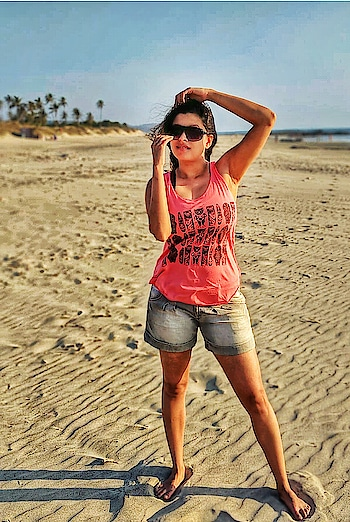 बीच प्लीज!😬🌅🌞🏝 . . . #beachbum #summerlove #sunseasand #windinmyhair #beachplease #teampixel #poser #soakupthesun #beachtripping #channelingmyinnermodel
