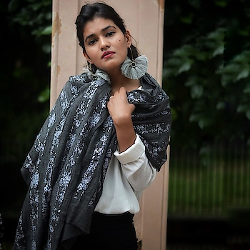 Pashmina Scarfs is all I need this coming winter, Let's fall in love with winters with the warm scarf around! Wearing : @artandscarfs  Earrings: @gharazbyvishakha  Photography: @sumitphotography_ ❤️ . . #fashion #fashionblog #scarfs #winter #mytaste2k18 #bhukkadfam #fabebg #jaipur #jaipurblogger #jaipurbloggers #womenfashion #love #winterscarf #ny #india #treasuremuse ☺️ #roposolove #roposostar #roposostyle #roposo #roposofashion #roposo-fashiondiaries