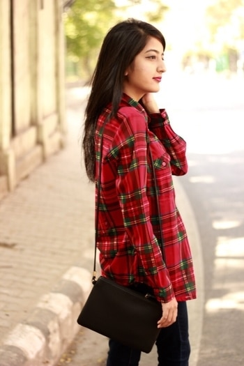 Friyay 💃🏻⭐️ Shirt is from @harpa . #howilikeit #howilikeitjournal #fashion #fashionblogger #blogger #delhiblogger #indianfashionblogger #harpa #plaidshirt #plaids #redshirt #red #friday #weekend #outfit #weekendready