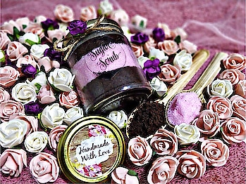 Chocolate Strawberry sugar scrub💕 . coco powder helps to renew and firm new skin cells, promote healthy skin tissues, and it also helps promote healthy cell. Strawberries are acidic in nature and this is effective to remove the excess sebum on skin. Skin lightening,these fruit can be used to make excellent face masks to fight oily skin, as well as nourish and revitalize your skin. . . Dm for inquiry 💕  #sugarscrub#chocolate#strawberry#loveforchocolate#bodyscrub#naturally#organic#antioxident#nottestedonanimals#vegancostmetics#skincare#beautifulskin#loveforskin#forsoftglowingskin#coco#chocolate#cleanskin#softskin#feelgood#feelfresh#loveforscrub
