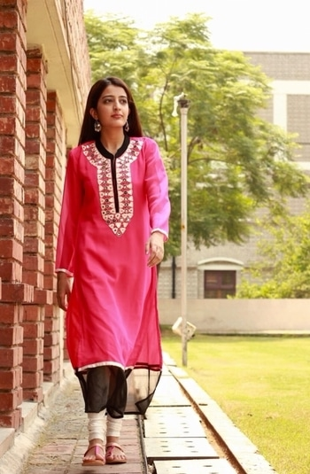 My Friday night includes binge watching youtube videos! 😁 Hope you guys are having a great time too ❤️ . . #howilikeit #howilikeitjournal #fashion #fashionblogger #blogger #delhiblogger #indianfashionblogger #ethnicwear #pink #pinkkurta #kurta #black #ethnicoutfit