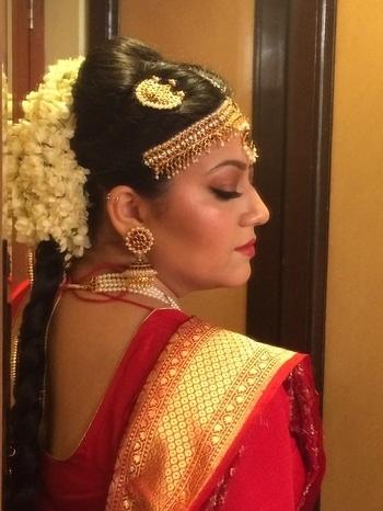 Wish we all could look this good at 6 a.m!!! #earlymornings #earlymorningwedding #southindianwedding #southindianbride #bangalore #makeupbyme #makeupbynikkineeladri #bride #bridalmua #bridalmakeup #bridalhair #traditional #traditionalbride #red #jasmine #freshflowers #jewelry #indianbride #indianwedding #gold #maccosmetics #nars #bandbaajaa #bangaloremakeupartist #shaadisaga #makeupforever #roposo #nribrides #sorpopso #roposobride