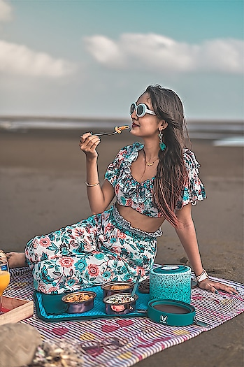 It's almost end of summer☀️and there's nothing that comes close to enjoying a delicious meal on a beach with an amazing view🏖. And it gets better with @vayaindia Tyffyn, a smart lunchbox that helps to retain heat & keep the food fresh🍱. It comes with BagMat, a bag which can be used as a mat while having food. The lunchboxes come in stunning patterns and vibrant colors. What more can you ask for? . . . 📷- @thedaydreamstudio . . . #vayaindia #vayatyffyn #insulatedlunchbox #vayalife #foodblogger #foodie #lifestyleblogger #lifestylepost #fashionblogger #fashioninfluencer #bloggerlife #instagood #instamood #picoftheday #healthyfood #goodfoodgoodlife #riyalekhadiya