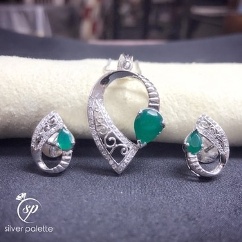A green #onyx pendant set silver made , exclusively available at #silverpalette #pendantset #earings #handmadejewelry #silvermade #beautiful #fashionjewelry #latestjewelry #trendsetter #eidcollection #onlineshopping #bridaljewelery #cocktailjewelery #mumbai #india