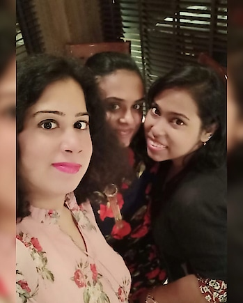 #dinnerdate #dinnerwithfriends #posing #selfietime #thisishowwedoit #ropo-love #ropo-good #ropo-style #roposo-mood #roposodiaries
