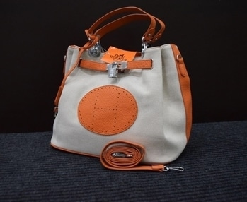 HERMES HAND BAGS    ✅ 7 A quality   ✅ Book now @ 1799  ✅Shipping Extra   ✅ shipping fix Delhi and NCR 50 ₹       ROI 100 ₹ (except northeast       & few more states plz confirm)  ✅weight 0.950 kilo gram  ✅ Size         Height :  10.5 inches        Width : 14 inches  💃💃Quality awesome💃💃