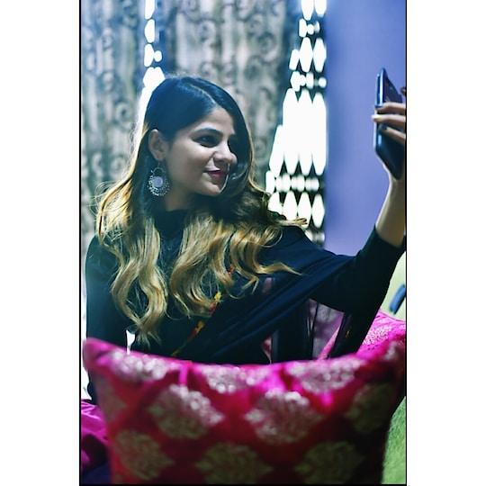 proper patola nakhra ay swag ...suit patiala sahi chunni meri black .....#diwali #mehendi #pink #selfie