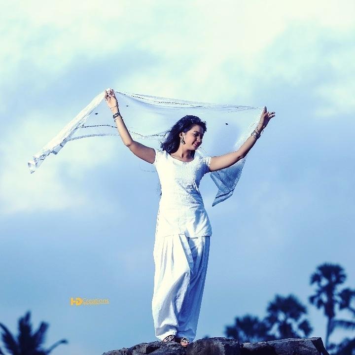 Chunari sambhal gori udi chali Jaye re..... #chunari #pic #shoot #earlymorning #indian #marathimulgi #marathiactress #ishqdarangsafed #white