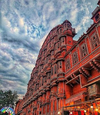 #HawaMahal . . . . #travellingday #travelgram #india #Rajasthan #indiatravelgram #travelblogger #jaipur #architecturelovers #architecturephotography #travelphotography #wanderlust #indianheritage #indianphotography #love