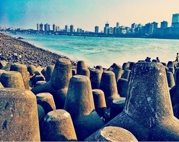 #itzmumbai  #photooftheday  #mobilephotography  #narimanpoint  #marindrive  #sea #buildings #citylife