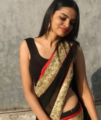 keep it simple yet stylish  #soroposostylefiles #soposo #soclassy #saree #ethnicwear #woman-fashion #stylishdiva #stylingtips #traditionallook #ootdroposo #myntraonlineshopping #fashionbloggerindia #fashionbloggerstyle #black #blacksaree #indianoutfit