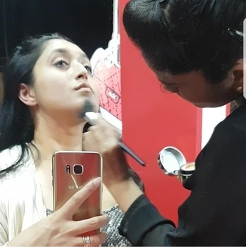 When @elizabetharden counter gave a touch up to all with their magic powder making the skin sparkle after all the sweating!! @laffairevik #event  #lifestyle #lifestyleblogger #fashion #fashionblogger #india #elizabetharden #makeup #touchup