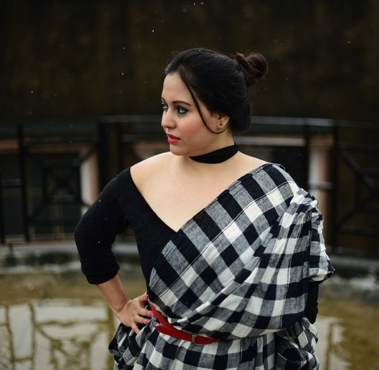 Dugga Pujo Asche ..  This is a basic black and white saree look with a belt to add some color .. try it the #DurgaPuja ..   Checkout www.eatflybuymag.com for more #pujo updates .. #dinedazzledive  #fashion #women-fashion #fashionables #fashionblogger #fashion-style