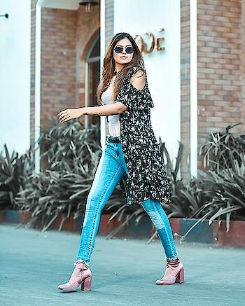 Speed walking towards the weekend ⚡⚡ #WardrobeSecrets #DealJeans #OOTD #MumbaiFashionBloggers #Denim #PinkBoots #MumbaiLifestyleBloggers #CasualStyle #MumbaiTravelBloggers #MumbaiBloggers #MumbaiBeautyBloggers 📸 - @shivamphotoworks