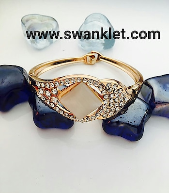 Swanklet fashion trendy it's a clip lock bracelet for women and girls...  Ping for us price!!!!  #swanklet #iamswanklet #wood #trendy #fashiondiva #earrings #western #damgood  #awesome #traditional #bracelet #golden #crystal..