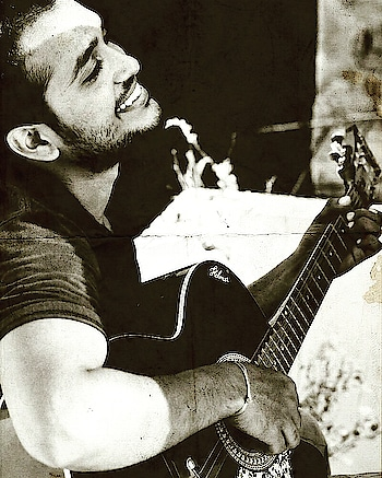 When you feel every beat of it #loveyourself #loveyourlife #music #guitar #roposo #roposo love 😚 #feelings #roposo-music #happy_me #smile  #spreadsmile  #spreadlove #spreadinghappiness