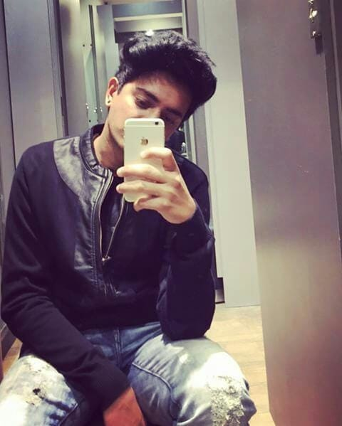 Mirror selfiee are way more better...😃 #roposo  #insta  #instagram #instafollow #vines  #roposo-style #followme #followmeonroposo #followmeoninstagram #instafollowers #trendsetter #trendalert #trendsetter #instavines #instavideo #funnyvideo #comedy #hahatv #laughterclub #lol #hahaha #instagramfollow #latepost #latestfashion #latestcollection #instaupdate #roposoupdate