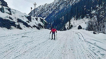 Today I marked one thing in my bucket list... It's Snow Ski... I did it today at #Sonamarg . . . . . . #kashmir #backpacker #travelblogger #travelgram #india #travel #lonelyplanet #indianphotography #thingstodoinindia #snow #snowski #snowactivities #adventure