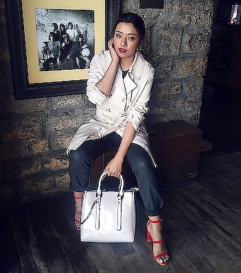 I have been crushing over #trenchcoats forever. They are classy and can be worn with pretty much everything! Also, the trench coat has taken over as one of the key trends of #ss2018 and I cannot be more excited! 😀 But yeah, do not melt wearing the warm ones that you usually wear on winters, pick some great looking cotton and linens and layer your #summeroutfit like a boss! 😎 . Trench: @maxfashionindia . . . . . #springvibes #summertrends #springsummeroutfit #casualstyle #outfitmagazine #soroposogirl  #trendsetters #layering #summerlayers # #whatimwearing #styleiconsofindia #stylediaries #styleinspo #classyandfashionable #bangalorefashionblog #fashiongoals #effortlessstyle #maxfashion #indianfashionblogger #stylestatement