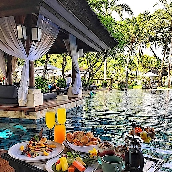Breakfast in pool with this floating tray! Luxury goals 😍 #roposo #travel #luxurytravel #luxury #luxuryrentals #hotelsandresorts #balidiaries