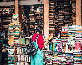 Literally got lost in the biggest market of books that I have ever seen in my life. Boi Para or popularly know as The College Street in Kolkata is just as good as paradise for bookworms.  Why do I look like a 12 year old boy? 🧐 . . . #traversedlands #travel #Kolkata #wanderlust #temple #books #bookstore #travelblogger #traveldiaries #WestBengal #VictoriaMemorial #photography #delhibloggers #travelgoals #IncredibleIndia #photooftheday #PrinsepGhat