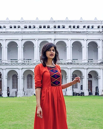 The Indian Museum in Kolkata is one place you cannot miss! With around 35 galleries on various topics from Cultures to Zoology, Fossils to Mughal Painting, it keeps you engrossed for a good 5-6 hours if not more. Also, did I mention that the museum is in a glorious British India-era building. Well, even if you don't enjoy visiting museums, I'd recommend you to still give it a shot. 😊 . . #traversedlands #travel #Kolkata #wanderlust #temple #travelblogger #traveldiaries #WestBengal #VictoriaMemorial #photography #delhibloggers #travelgoals #IncredibleIndia