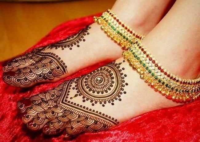 Simple Mehandi designs for the wedding Season...