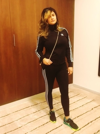 #adidas #tracksuit #nikeshoes #sportylook #mirrorselfie #fashionstylepose #lovesportylook #comfy ## stylish # winter😎 #black #stripes #standingtall #lookofthenight #willnevergowrong #attitude #lovefashionstyle #ropo-post
