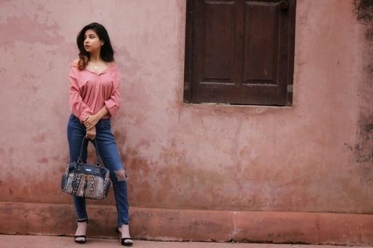 Sunday = Late Mornings? 🙄 Good Morning Fam🌹 . . . Would you like to see more clothing hacks?  Or Just DM me or Comment below what would you like to see on my blog. I would love to do that.😘 . . . . Start your day with positive vibes🍷 . 📸 @akshaybabuta  #thatglamorousgirl  #blogger#blog#fashionblogger#indianblogger#thatbohogirlfeatures#sssmagazine#styledotme#SDMdaily#beingblogger#clothinghacks#wearitlikeaboss#missdiva#bagshoot#photography#streetstylespotlight#roposotalenthunt #loveroposo #roposolove