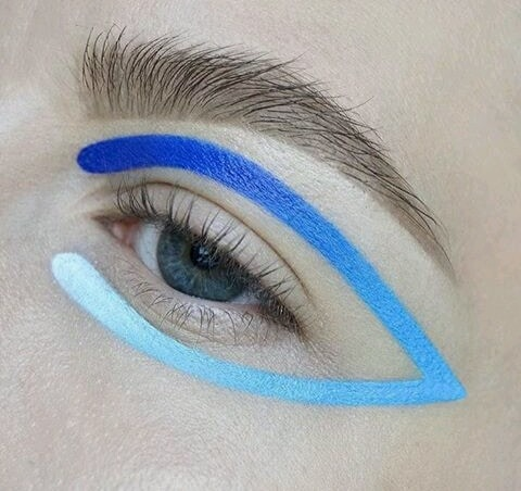 Concealer crème in #Whiteout to create a gradient eye liner look... #bluish #simpleyetpretty #prettylook #beautifullyfinished #ropolove 💞💞💞