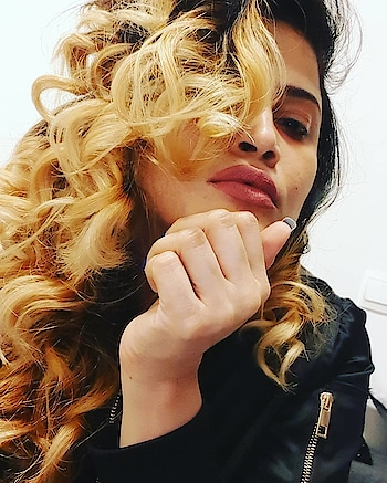 I m a queen crowned in my curls👸💋 : : : #selfie #curlyhair #fashiontrends #fashionista #selfiequeen #glam #diva #fashiontrends #trend #glamourous  #instafashion #instafamous  #hairstyle #fashionstatement #dubaigirl #dubaiinstagram #dubaifashionista #dubaifashion #dubaistyle #dubaigirls #dubaistreetstyle #dubailiving #dubailife #dubaistylist #dubaiglamour #famous #instalook #lookoftheday #dubai🇦🇪 #instadubai