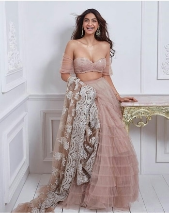 Sonam Kapoor Outfit-Shehlaa Khan Hair & Makeup-Namrata Soni Styled by-Rhea Kapoor