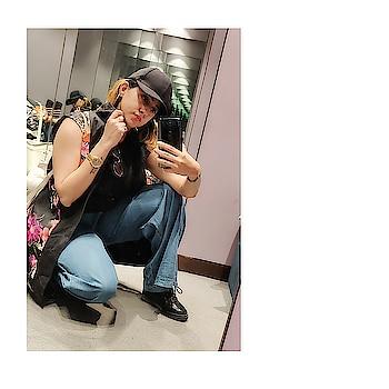 OOTD :  INSTA STYLE  #instapose #insta #fashion #ootd #ootdfashion#fashionblogger #fashionista #youtuber #happy #black #instafashion #shorthair  #fashionable #guess #floral #floralprint #oneplus6 #oneplus #mirrorselfie #mirrorpic