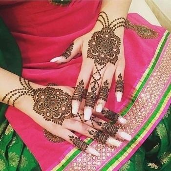 Minimal yet chic henna design by mazarin_design!  Tag the to-be-brides who will love to go minimal.  #WedLista #FashionForWeddings