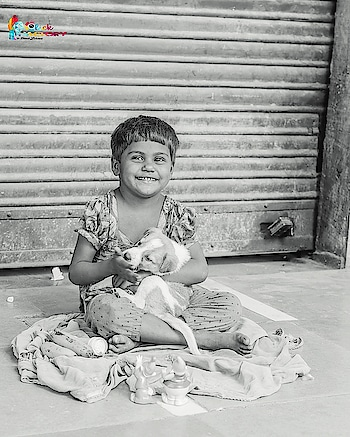 It's easy to hate life when you've problems. Breave are those who smiles in poverty. . . . . #ConnoughtPlace #StreetPhotography #CuteKidWithDog #BlackAndWhite #Photography #BWPhotpgraphy #PhotographyIsBliss #IMNikon #NikonIndia #DelhiGram #DelhiNCR #PetLove #MoneyCantBuyHappiness #hiteshlalwani95 #clickphactory #clickphactorybyhitesh