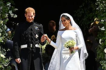Congratulations to the Duke & Duchess of Sussex 🥂 🤵👰 #justmarried . . . . . #theredbox #crazysexycool #princeharry #meghanmarkle #theroyalwedding #windsorcastle #love #gorgeous #sopretty #congratulations #gorgeousbride #prettywedding #royalcouple #bestofluck #loveisintheair #standbyme #instalove #england #royalty #suits #insta #instadaily