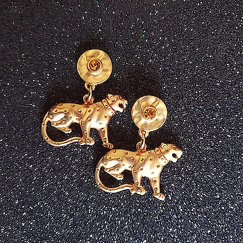 Once a Wildcat, Always a Wildcat 🔥  http://bit.ly/2CvA8ba . . . . . #theredbox #spiceitup #crazysexycool #earrings #gold #wildcat #wildcats #always #shop #shopping #daily #dailyshop #dailyshopping #wild #fashionbag #fashioninspo #stylegoals #instashoppers #instashopping