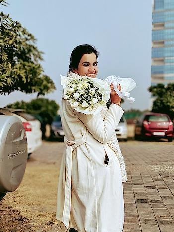 #delhiwinter #white #overcoat #chilling n #posing #loveforflowers #roses