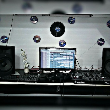 Studio workmood on  #sunday #morning  #music #blacktea#studio #productivity #freshmorning#rekordbox#pioneer#m-#audio #focusritef#flstudio #djlife #productionhouse#dirtydecks#