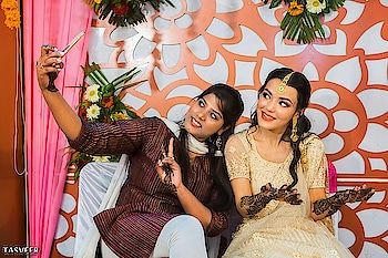 selfie toh bnti hai #selfie #mehendi #mehndiparty #wedding-bride #friends #cutieee #wedding #indianwedings #love