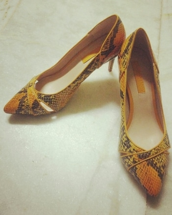 love from Dubai.. when ur bff jus know what you want.. #heels #mustard #animalprint #loveforshoes #shoeaddict #shopaholic #agirlslife #bffs #shoestyle #sotdnow #soroposolove #trendy #soroposo  #ladiesshoes #dubailove #gift #picoftheday #fashion #be-fashionable #roposo #styles