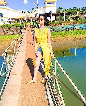 Now that's what we call a perfectly color coordinated picture ❤️😍🌻🌸 #beachvibes #beachlife #beachwear #beachlove #colorcoordinated #yellow #yellowtop #shorts #ootd #fashion #trendy #love-photography #photography #beachday #poolside #poolsidechillin #lookoftheday #perfectpicture #perfectlook #stylishlook #girls #wiwt #ootdshare #like4like #photooftheday #photographylovers