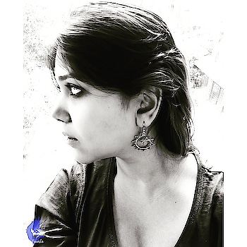 I picked this pair of beautiful silver look earrings from the streets of Janpath, CP. I have been shopping from this particular person who sits near the Janpath signal beside the escalators. He sells all earrings for 30 INR. When I started buying from him, the rates were 10 INR per earring. With time, the prices increased, but it's still super affordable. The earrings vary from design, size, color etc. But that doesn't change the price... all earrings are for 30 INR. So next time if you're in the mood for some street shopping, don't miss this gem ! . . . . .  #MedhavistaShopping #StreetStories #MedhavistaStreetStrories #DelhiBelly #Dillimerijaan #delhigram #delhilife #delhilovers #delhilove #cp #connaughtplace #connaught #cannaughtplace #cannaughtplacedelhi #cannaught_place #saturdays #relaxed .  #lifestyleblogger  #lifestyleblog #lifestyleblogs #lifestyles #lookbook #Delhiblogger #Delhilifestyleblogger  #IndianLifestyleBlogger . . @oneplus_india @oneplus @oneplus_5t @oneplus.photography @oneplus_in