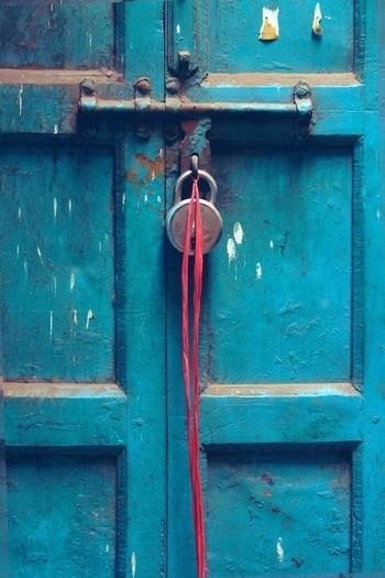 The Blue Door 🚪 ➖➖➖➖➖➖➖➖➖➖➖➖ #street #streetphotographers #streetart #door #blue #streetphotography #streetphoto #photowalks #photography #walk #chandanichowk #newdelhi #delhi #delhigram #street #blue💙