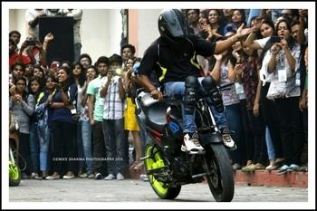 #stuntshow #ghaziabad #crowd  #lotsoffun #lotsoflove #stuntriding  #bike stunt #yamaha #fz #mrf #buy mrf tyres #lifestyle #passion #profession #professional #nevergiveup