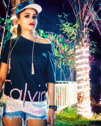 #FASHION | Glow Getter! Outfit and Makeup details on Insta @ The Looking Glass By PPJ . . . . . #ootn #wiw #2018 #bloggergirl #indianfashionblogger #indianblogger #fashionblogger #fashion #outfit #nagpur #soroposo #roposogirl #roposogood #roposoootd