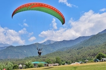 When Kopal screamed at the top of her lungs because she thought she was going to crash land on the ground during her first paragliding experience in Bir Billing! 😂 . . . #travel #wanderlust #travelblogger #traveldiaries #photography #delhibloggers #travelgoals